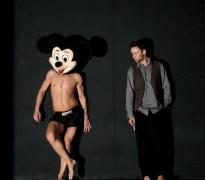 Polonahý Mickey Mouse zachytený cez objektív